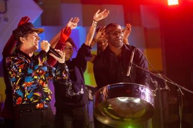 Maxi Trusso, padrino de la edición actual, con la banda de Trinidad y Tobago de steel drums