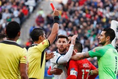 La sorpresa de Messi por la expulsión: también se irá Medel