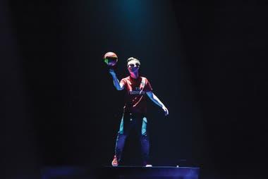 Siete veces campeón del mundo de freestyle, el francés Gautier Fayolle, es la imagen de Messi10, el hilo conductor del espectáculo