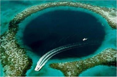 El punto más profundo de la fosa se encuentra a casi 11 mil metros bajo la superficie del agua