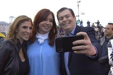 Hace 15 años, Gerardo Zamora y su esposa, Claudia Abdala, gobiernan prácticamente sin oposición una de las provincias más pobres de la Argentina; ahora el gobernador apadrina con fondos a los intendentes del norte del país