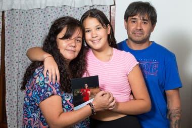 Gabriela Bravo y Gastón Martínez Freccero junto a su hija, Milagros