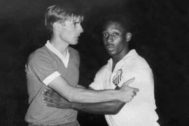 Daniel Bayo, de Gimnasia, se saluda con un joven Pelé, de 21 años; el Lobo fue mejor que Santos aquella noche en el Bosque, pero rescató sólo un 2-2.