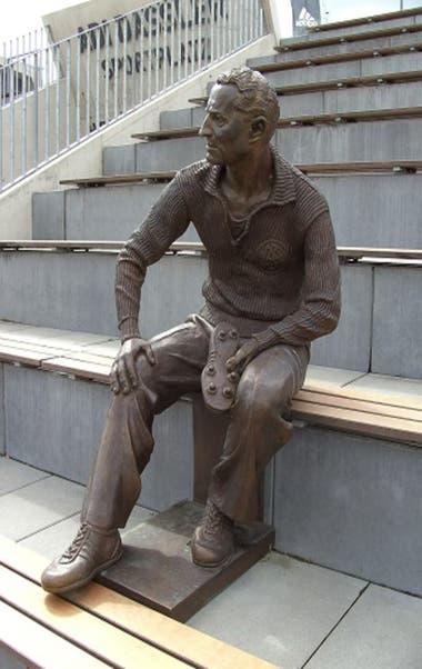 La estatua del fundador de Adidas, Adi Dassler