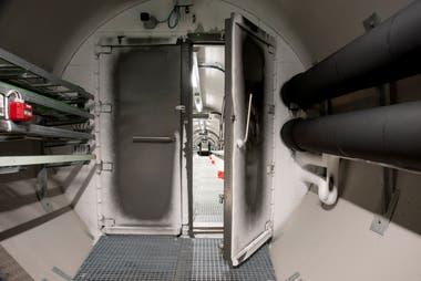 El túnel de acero de 130 metros por dónde se accede a las cámaras refrigeradas del banco.