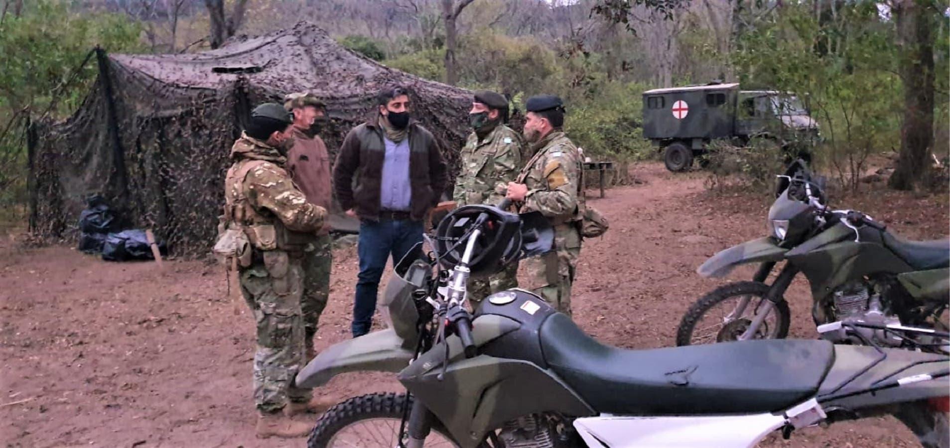 Reunión entre funcionarios salteños y jefes militares en un vivac de las tropas del Ejército desplegadas en la frontera