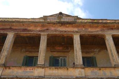 El viejo hotel resiste mientras espera por una restauración