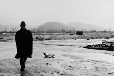 Un soldado japonés camina por las calles de la devastada ciudad de Hiroshima