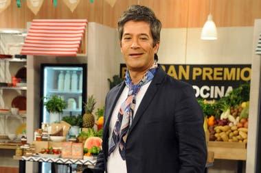 En El gran premio de la cocina, Mauricio Asta aporta sus conocimientos culinarios y el carisma que lo convierte en un showman