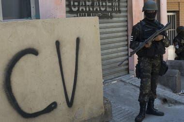 O Comando Vermelho domina as favelas do Rio de Janeiro e tem bases de operações no Paraguai