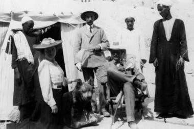El egiptólogo Howard Carter (aquí sentado, en el campamento de excavación) descubrió en 1903 una tumba en el Valle de los Reyes con dos sarcófagos marcados con el nombre de Hatshepsut, pero estaban vacíos