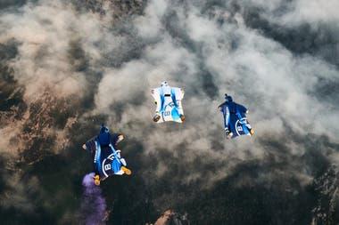 Peter Salzmann con su wingsuit propulsado por dos turbinas eléctricas, puede alcanzar los 300 km/h