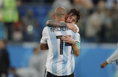 Abrazando a Lionel Messi, formó una fuerte amistad con él
