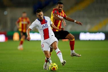 Facundo Medina, con la camiseta de Lens, en la marca sobre el español Pablo Sarabia, del PSG