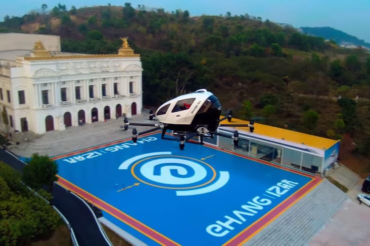 Después de varias pruebas sin tripulantes, Ehang demostró que su vehículo puede llevar pasajeros de forma aérea y autónoma