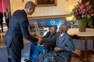 El presidente Barack Obama saluda a Richard Overton, con Earlene Love-Karo, en el Salón Azul de la Casa Blanca, el 11 de noviembre de 2013. El Sr. Overton, de 107 años, es el veterano más veterano de la Segunda Guerra Mundial y asistía al Desayuno del Día del Veterano en la casa Blanca