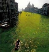 El artista estudió los horarios de las mareas para que el colorante se extendiera por los canales