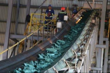 Una cinta transportadora lleva trozos de cobalto después de su procesamiento inicial en una planta en Lubumbashi, RDC
