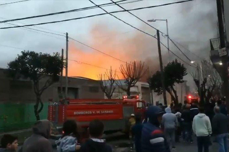 Un incendio de gran magnitud se desató en una papelera en Gerli