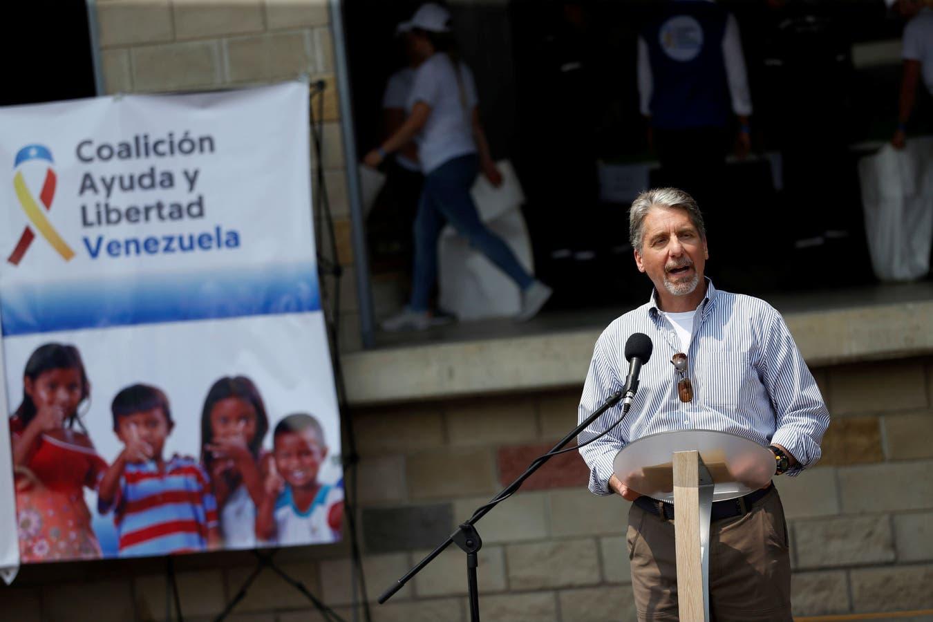 El embajador norteamericano en Colombia, Kevin Whitaker hace declaraciones frente a los galpones donde se guarda la ayuda humanitaria en Cúcuta