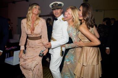 Javier posa con Soledad Solaro, Magalí Auger y Taína Laurino, las tres con vestidos largos.