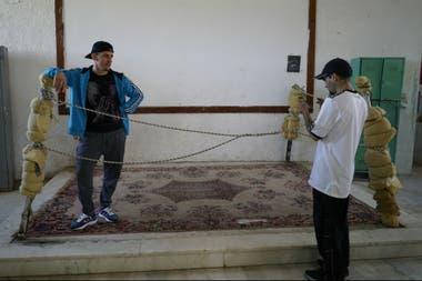 Un cantante de rap conocido como MC Mafia, en un salón de usos. En la cárcel se desarrollan actividades culturales y educativas.