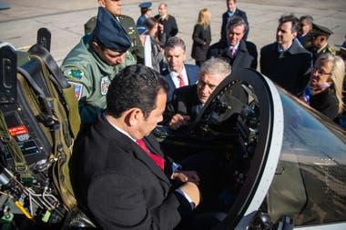El presidente de Guatemala, Jimmy Morales, recibe instrucciones del ministro de defensa Oscar Aguad