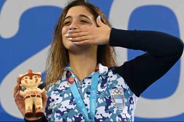 Delfina en el podio y el saludo a los familiares y amigos