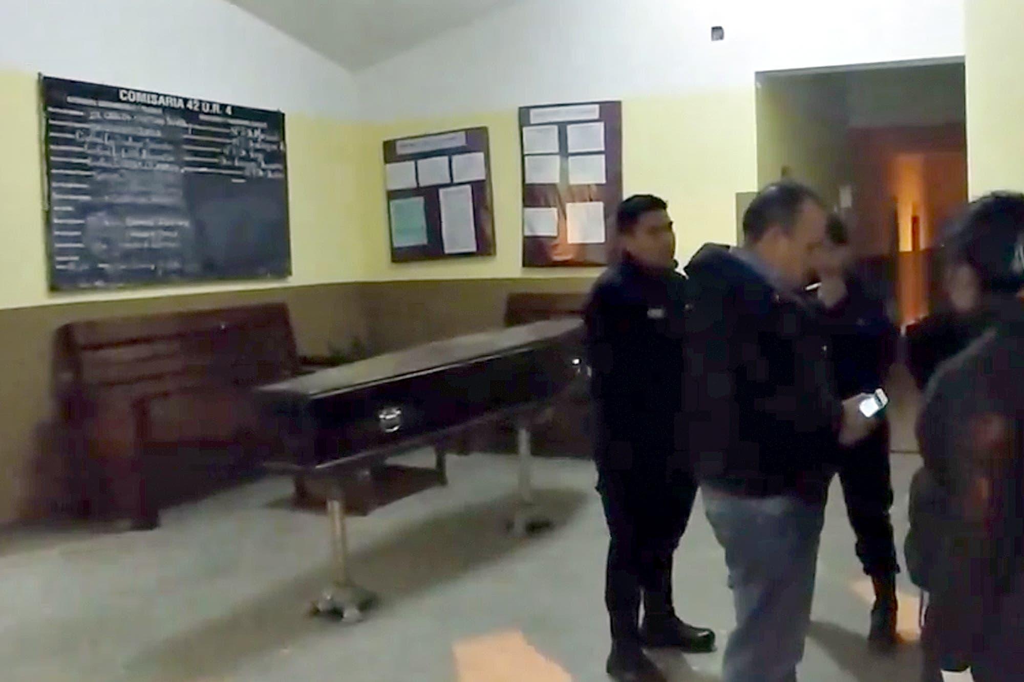 Salta: llevaron el ataúd del padre de un preso a la comisaría porque no lo dejaban ir al velatorio