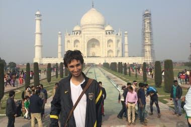 Hernán Tamargo frente el Taj Mahal, en la India