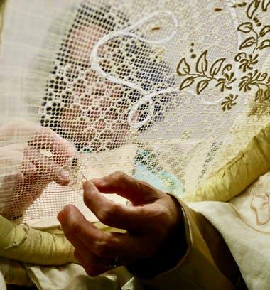 Marilyn Tobias, una maestra bordadora de tela de piña