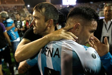 Coudet se abraza con Mena: el DT se despidió de Racing