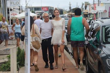 Enamorados, Eduardo Costantini y su novia, Elina Fernández Fantacci, desafiaron al mal tiempo con una caminata por la zona comercial
