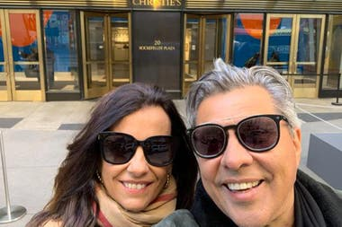 Jorge Gómez, junto a su mujer, Gabriela, en la casa de subastas Christies, en Nueva York