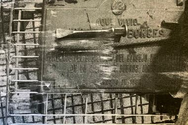La placa robada junto con la barreta y el cortafierro que usaron para extraerla