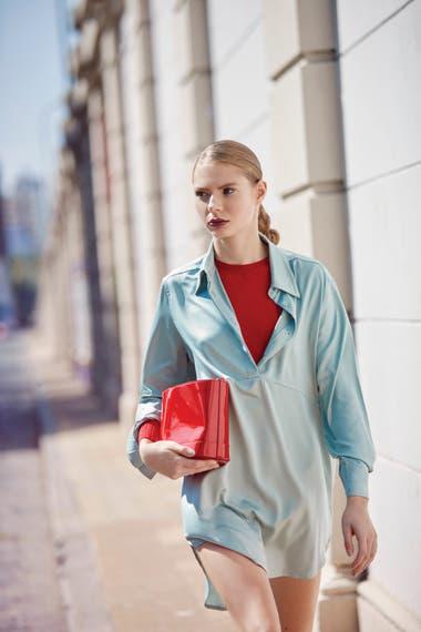 Chemise de seda (Cibeles), suéter cuello a la base (Vitamina) y cartera de charol (Prüne)