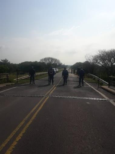 Efectivos, en el acceso a Formosa por ruta 11 desde Chaco. Aunque parezca mentira, ese camino en mal estado con aspecto de ruta secundaria, es el principal vínculo de Formosa con el resto del país.