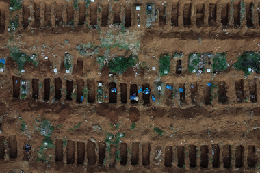 Vista aérea de sepultureros trabajando durante la pandemia de coronavirus en el cementerio de Vila Formosa, en las afueras de Sao Paulo, Brasil, el 22 de mayo de 2020