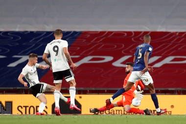 Fulham derrotó a Brentford por 2 a 1 en la final disputada en Wembley y conquistó el tercer ascenso a la Premier League. Aquí, la definición de Bryan en su segundo gol