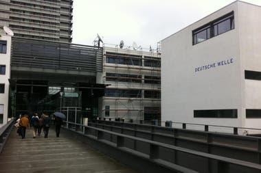 La DW tiene sedes en Berlín (televisión) y Bonn (foto - radio y sitio web)