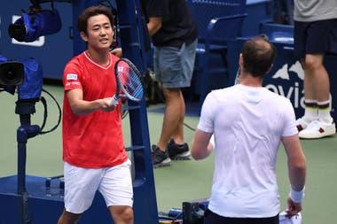 """El saludo de la """"nueva normalidad"""" entre Nishioka y Murray, con choque de raquetas"""