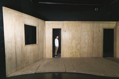 Francisco Lumerman, en la escenografía de su obra El río en mí, en su nueva sala Moscú