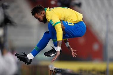Parece un velocista de 110 metros con vallas, pero es un futbolista, y de los mejores del mundo: Neymar definió para Brasil el compromiso contra Perú en Lima.