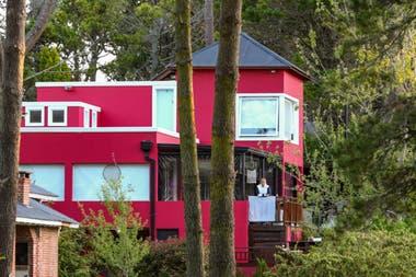 La propiedad se encuentra en Leñatero 565 y linda con los límites del Cariló Golf Club