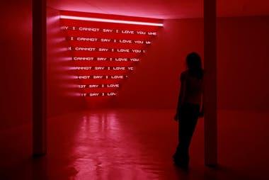 Jenny Holzer. Looming, 2004