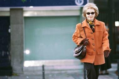 Isabel Perón, paseando por Madrid, a finales del año 2000, antes de entrar en la etapa de encierro casi total