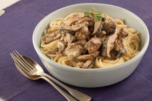 Spaghettis al horno con pollo y hongos frescos
