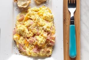 Huevos revueltos con cheddar y jamón