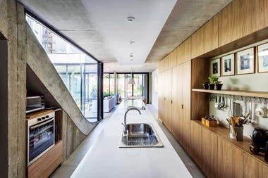 En la cocina, todos los artefactos son eléctricos para aprovechar la energía que generan los paneles solares Crédito: Jeremías Thomas, gentileza BAM! Arquitectura