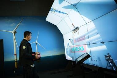 Los empleados manejan consolas desde donde pueden supervisar parques eólicos en todo el mundo. Cuando se apaga un aerogenerador, pueden reiniciarlo electrónicamente sin necesidad de enviar a un equipo de mantenimiento